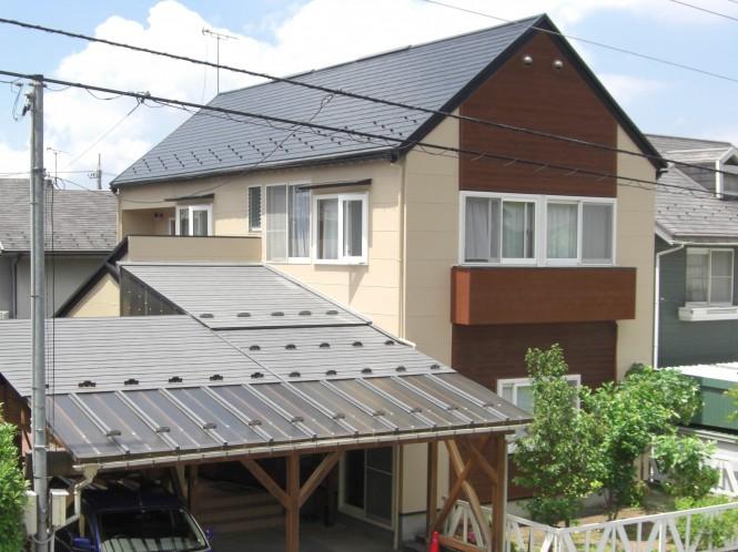 外壁面は、凍害による欠損やひび割れが多数あり、しっかり防水をしたい、ということでアステックペイントのEC-2000F IRを塗装しました。色は温かみのあるミッドビスケットを使用し、屋根は無機ハイブリッドコートJY-IRのスチールグレーを合わせました。何より外壁、屋根共に10年の耐久年数が心強く、安心ですね。