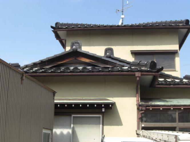 外壁モルタル塗装面は、下地モルタルの伸縮によるひび割れが全体に発生しており、内部への雨水浸水が進行していました。また、カラー鉄板面は塩害による発錆の為、腐食・欠損が見受けられました。