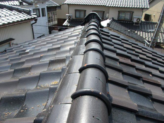屋根日本瓦葺きは、平瓦・棟瓦とも積雪等の経年劣化によるズレが全体に発生し、降雨時には室内の天井面に雨染みの跡が出るほど雨水浸水が進行していました。また面戸部分は、上部からの雨水浸水による瓦土の流出が確認出来ました。