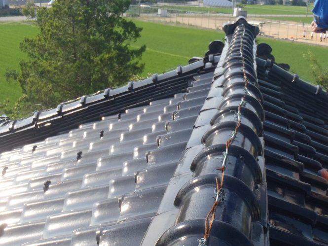 屋根棟雁ぶり瓦は風圧によるズレが発生していました。内部への雨水浸水が進行し、屋根裏天井には漏水跡が確認できる状態でした。