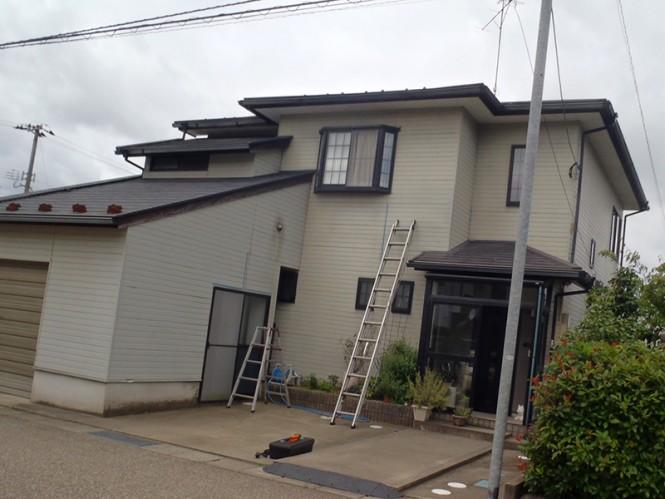 屋根スレート瓦はひび割れが多数あり、外壁サイディング面は、塗膜剥離・凍害欠損が全体に発生していました。