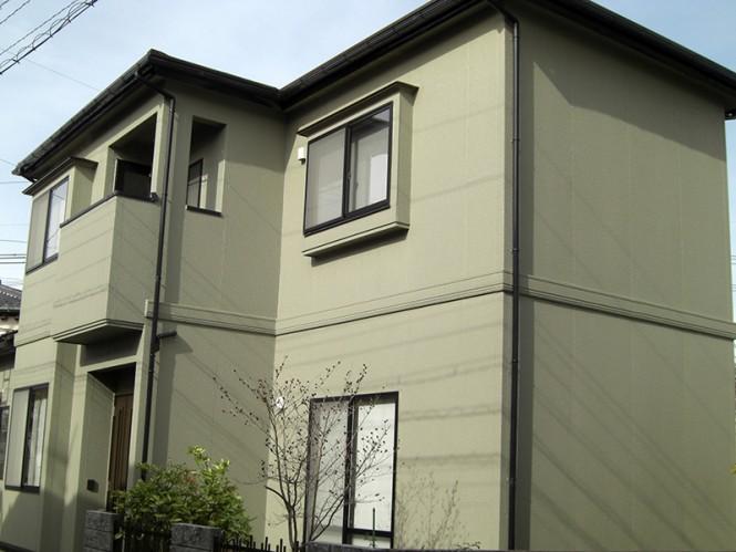屋根スレート瓦には、アーマフレックスのヤララブラウンを使用しました。外壁は防水性の優れたEC-2000Fを使用し、色はグリーン系のカラーボンドソルトブッシュを組合せることにより、近隣の建物に無い色使いで、上品な雰囲気に仕上がっています。