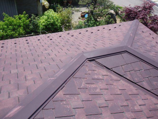 屋根スレート瓦塗装面は、紫外線と経年劣化による変退色と塗膜剥離が全体に発生し、表面塗膜の防水性能が低下していました。 以前塗装工事をされた際には、残念なことに縁切り処理をされていなかったそうで、スレート瓦端部は塗膜の接着した状態が全体に見受けられ、雨水の浸水が発生していました。