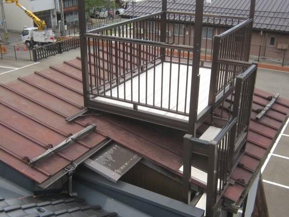 屋根カラー鉄板瓦棒葺きは、経年劣化による発錆が全体に発生していたため、腐食による穴あきが多数発生していました。内部への雨水浸水も進行しており、下地ベニヤ板等まで腐食している状態でした。