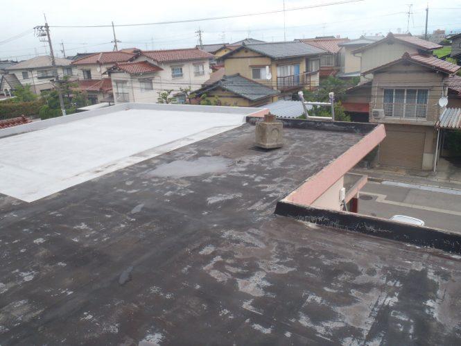 屋上防水層は、紫外線等の経年劣化による塗装面の剥離と下地メッシュ材の露出が確認出来ま した。また、一部欠損も発生している為、室内へ漏水しており、早急なメンテナンスが必要な状態でした。