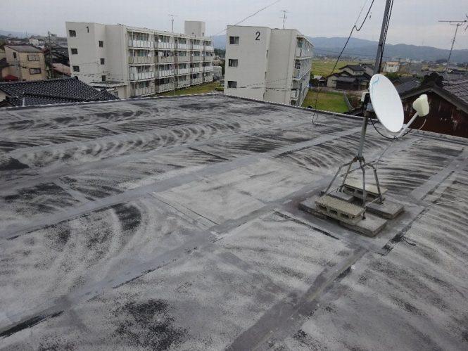 施工前は防水層ひび割れ部からの雨漏りがひどく、パラペットの塗装面もほとんど剥離していました。