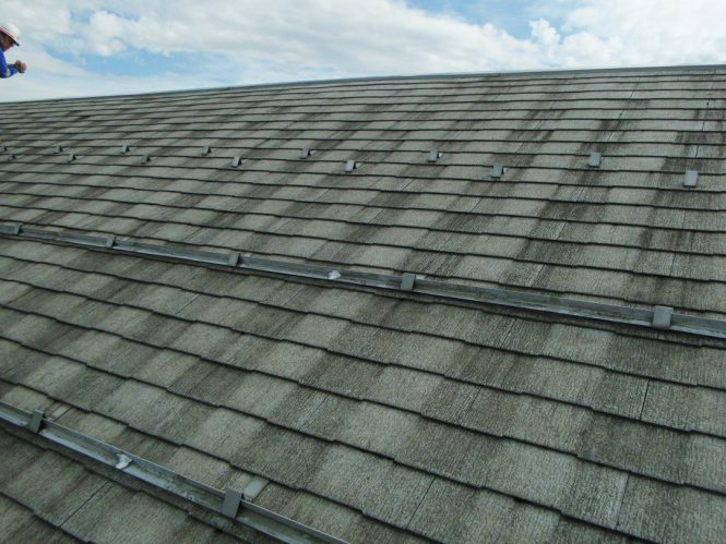 屋根スレート瓦は、紫外線等による経年劣化のため、全体に塗膜剥離が発生していました。剥離面からの雨水浸水による凍害・ひび割れも多く確認できました。また、毎年の積雪によるスレート瓦の割れ・欠損も発生し、雨漏りの原因となっていました。