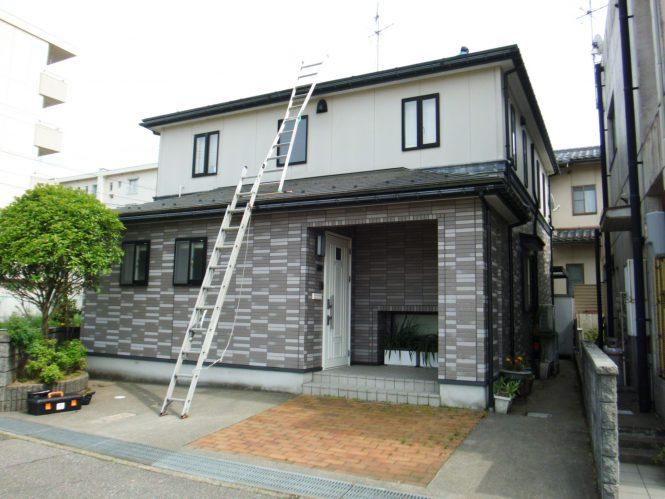 施工前は、屋根と外壁ともに塗膜剥離が全体に発生し、ところどころひび割れが見受けられました。特に外壁は留釘周辺の欠損が多く、下地補修をしっかり施しました。